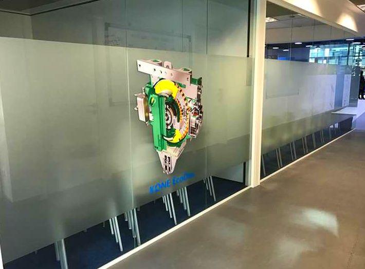 Aplicación de vinilo en las oficinas de Kone, Koneacademy.