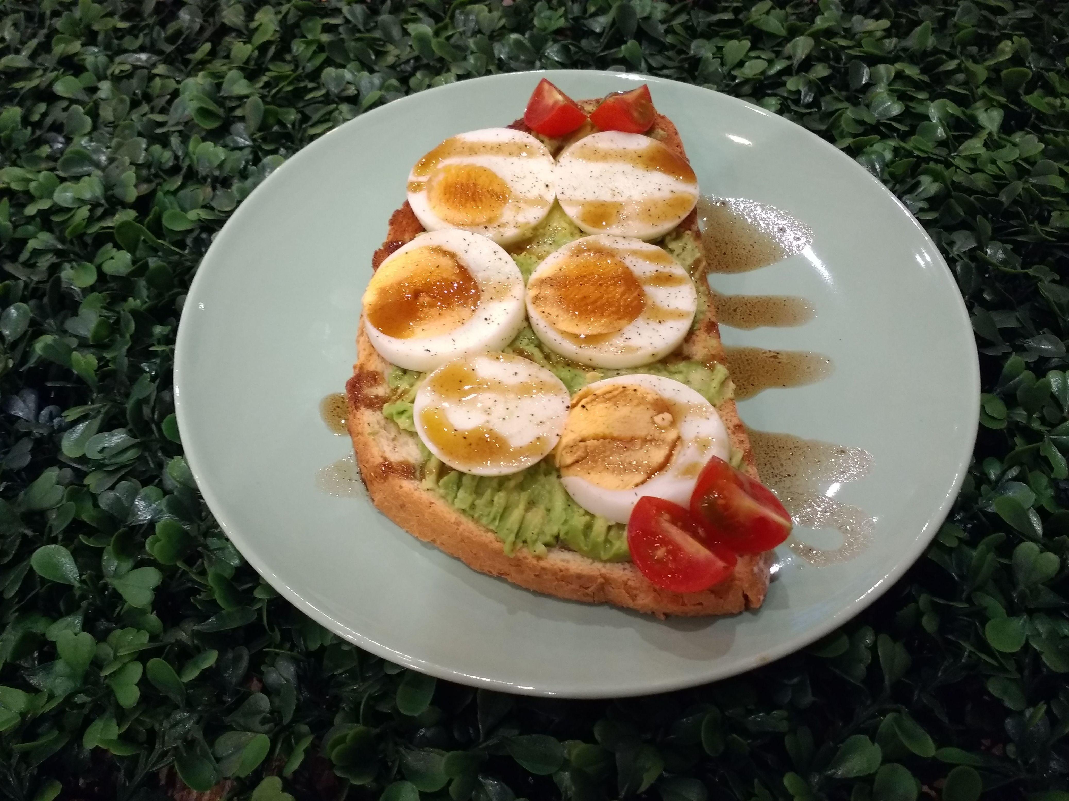 Tosta de Aguacate y Huevo: Carta de Kiwio Juice Bar