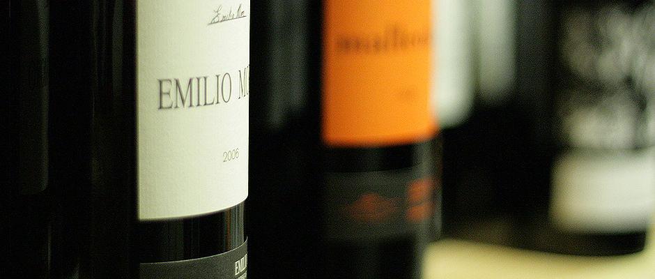 Extensa carta de vinos con Denominaciones y vinos singulares