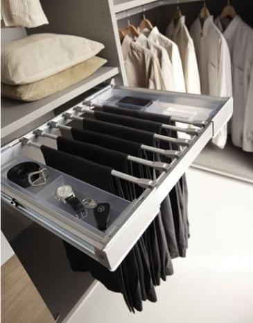 Perchas para pantalones en un vestidor