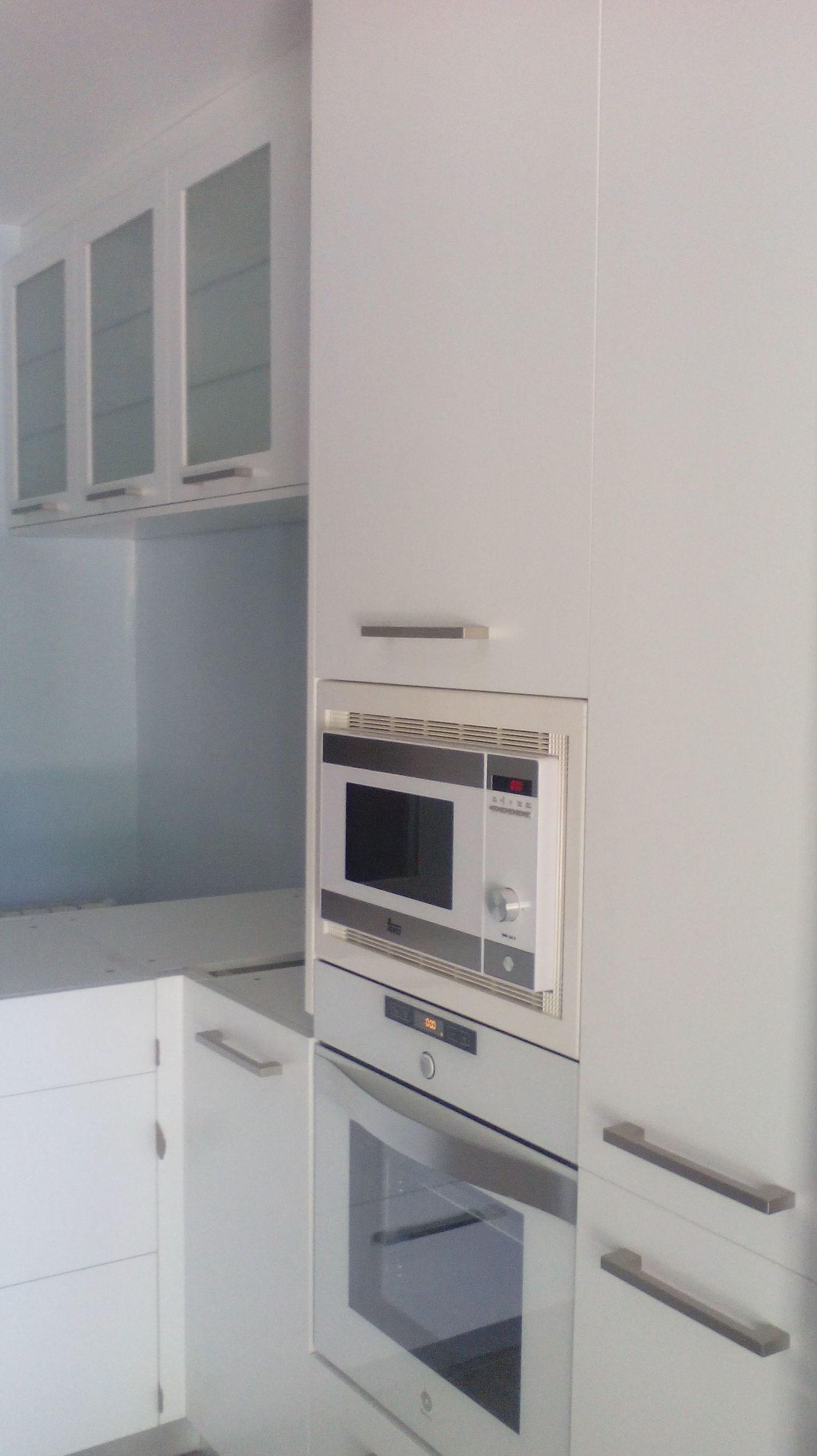 instalacion módulos de cocina color blanco