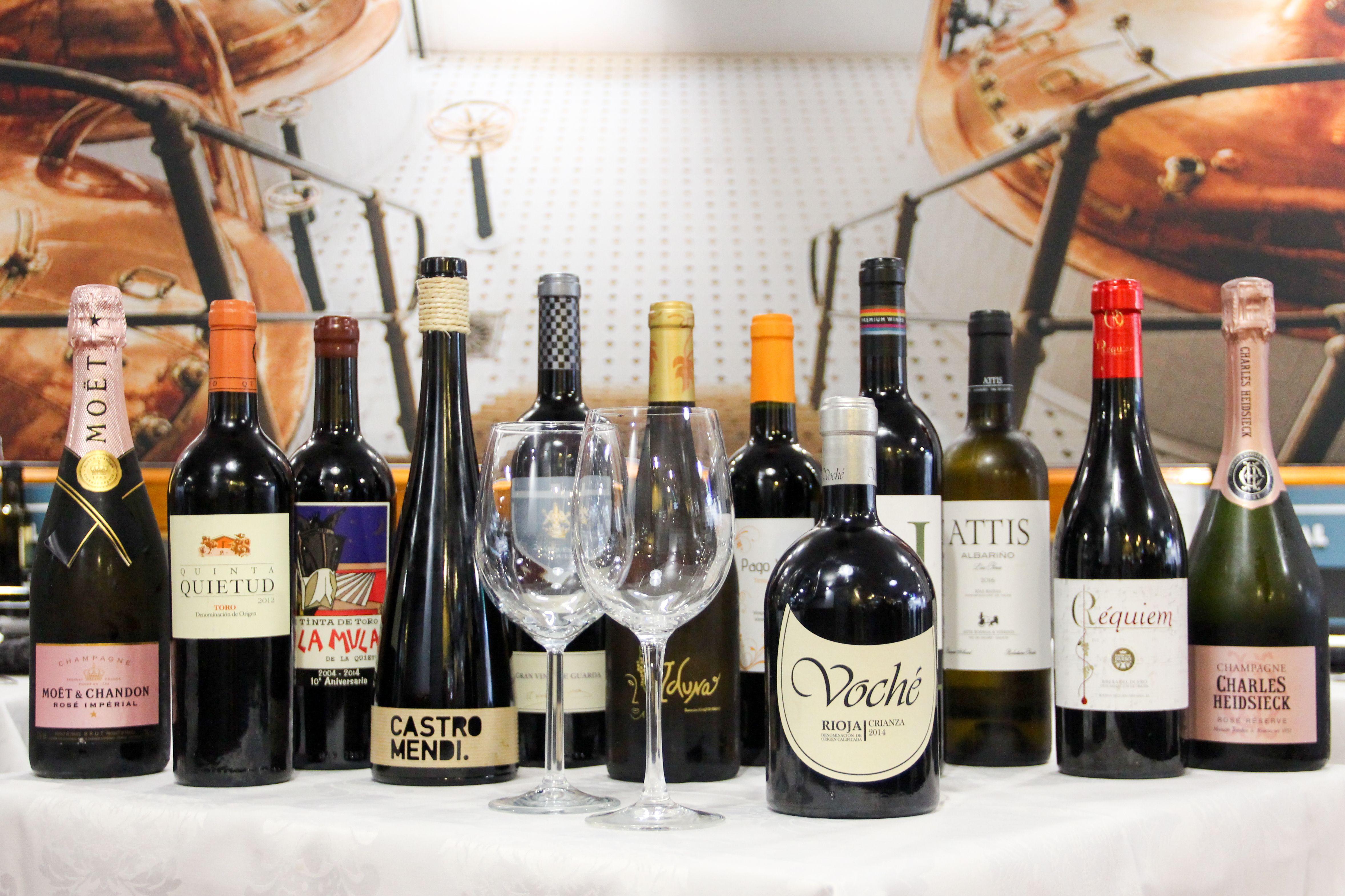 Disfruta de nuestros platos acompañado de un selecto vino