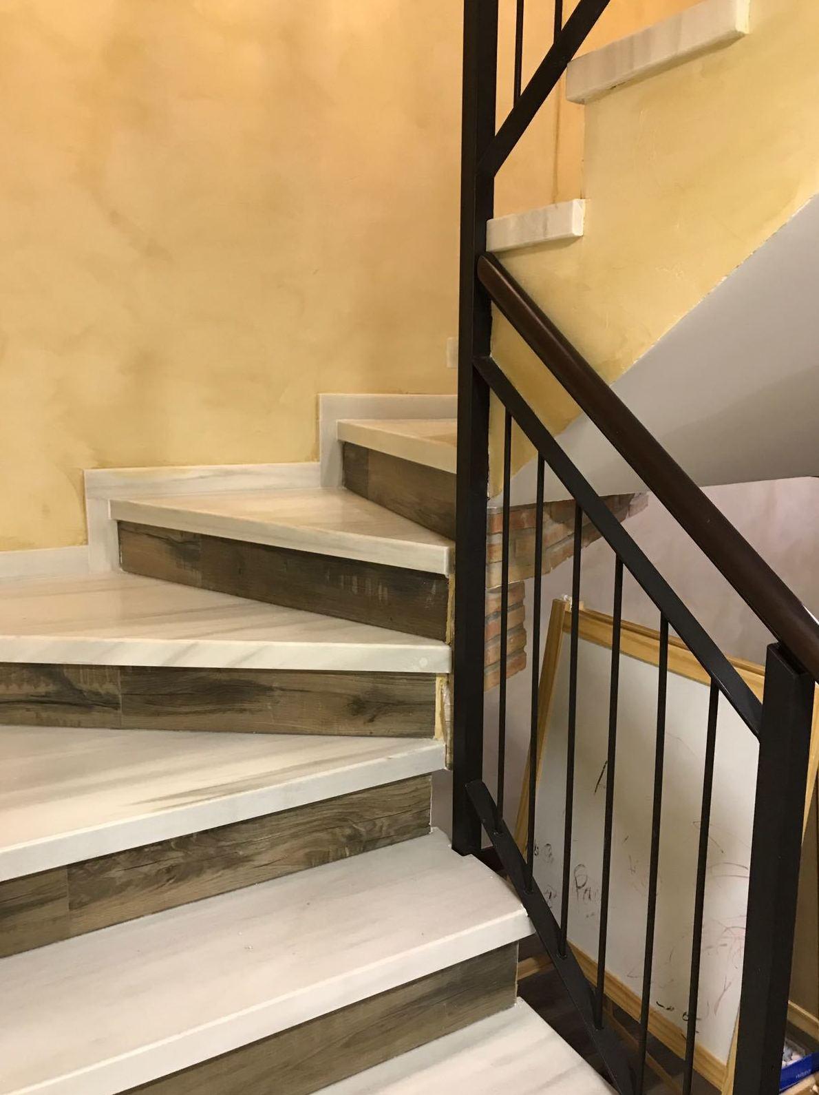 Escalera Mármol Blanco Macael canto inglete 5cm combinado con tabica de porcelánico.