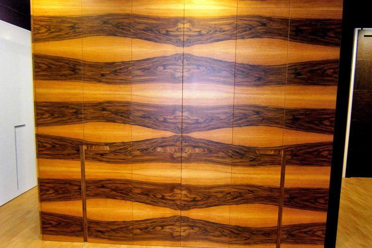 Armario con puertas abatibles de nogal