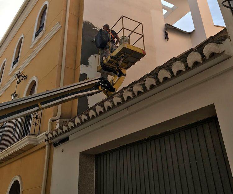 Restauración y pintura de fachadas con camión grúa con elevador