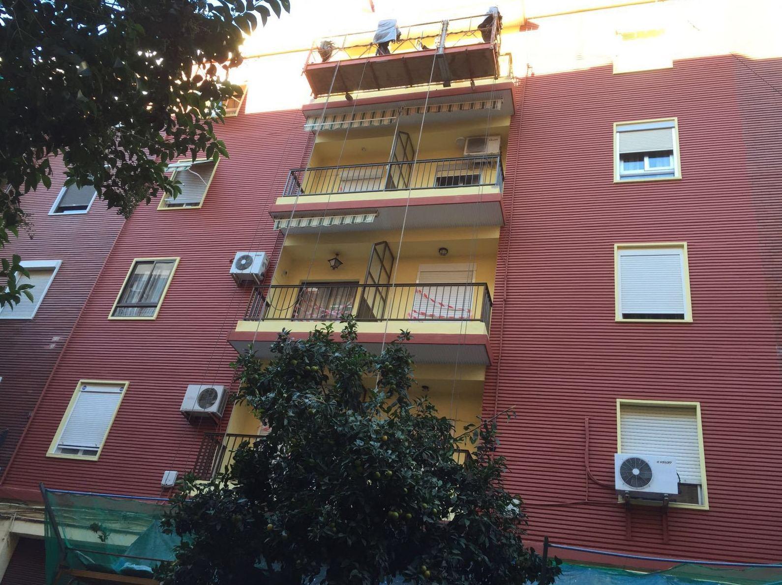 Proceso de pintura de fachada de edificio