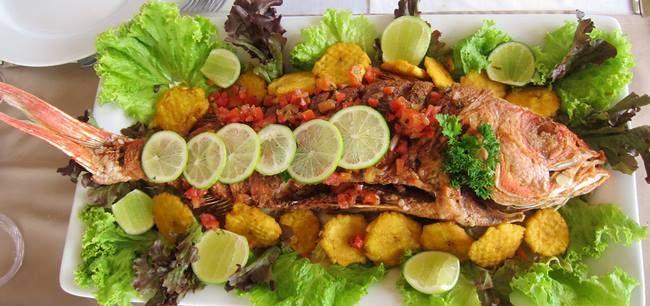 Pescado con patacones y salsa