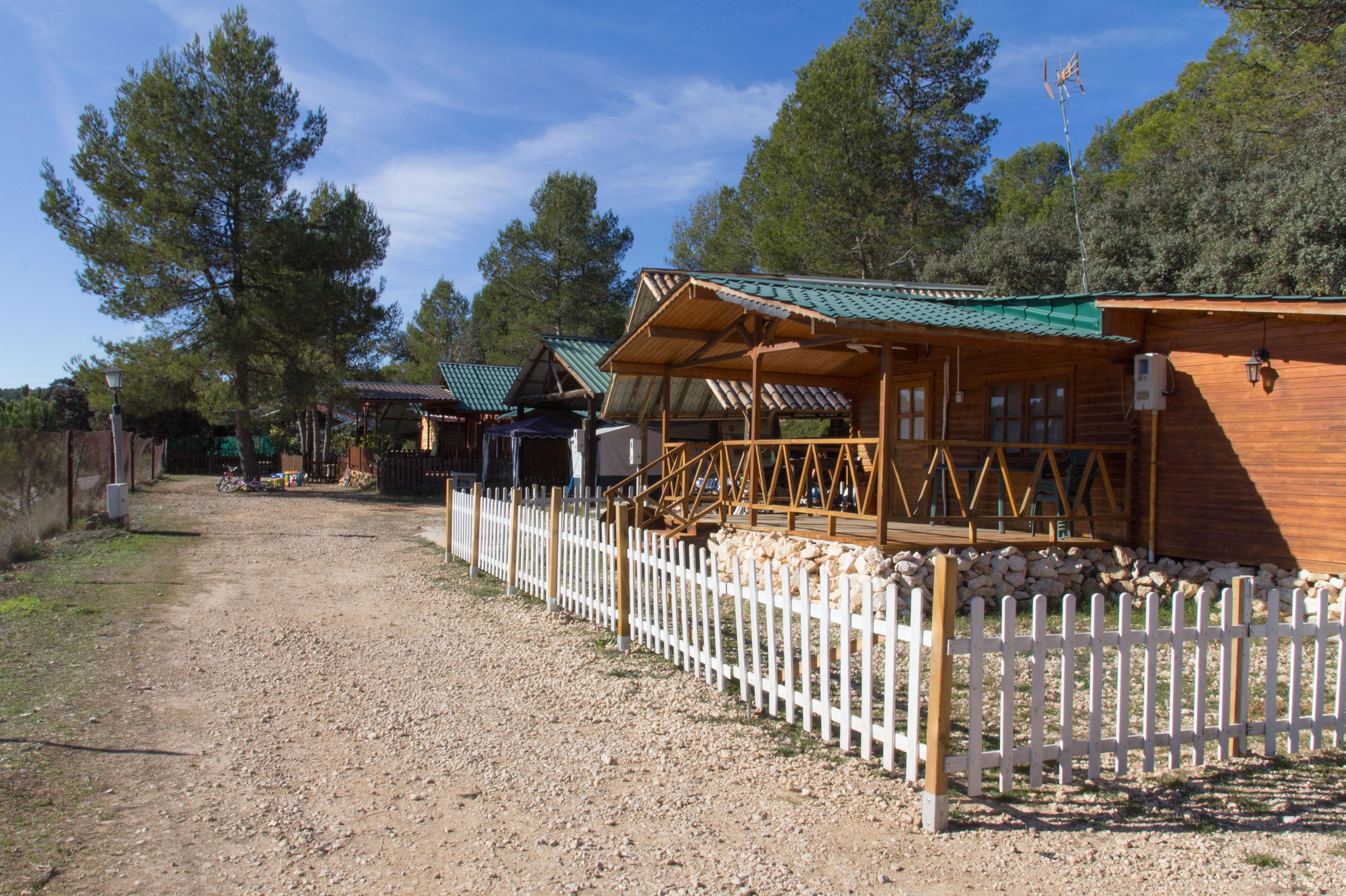 Camping con cabañas en plena naturaleza en Navalón, Enguera, Valencia