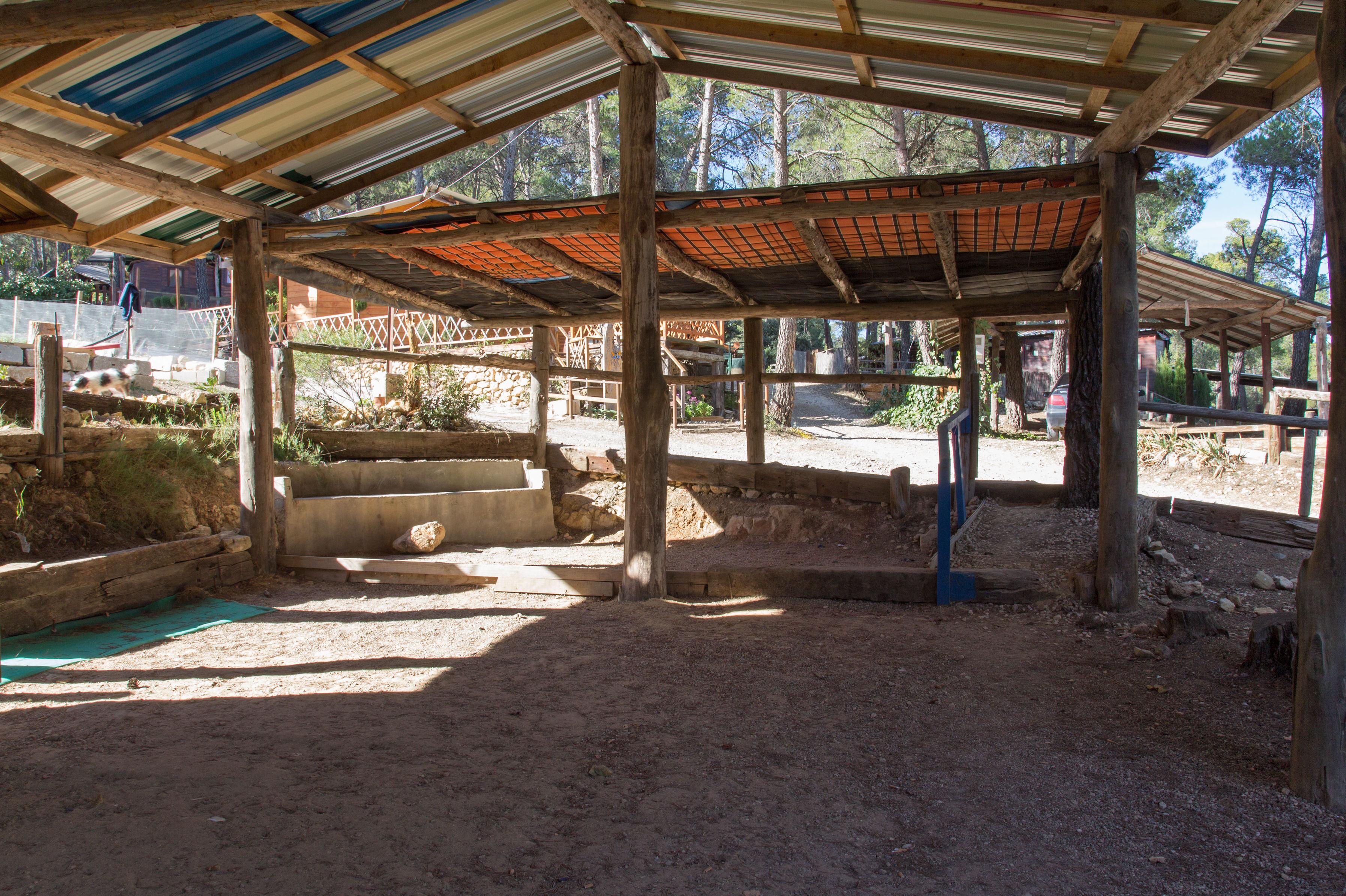 Sotechados para caravanas en el Camping Los Carasoles en Navalón, Enguera, Valencia