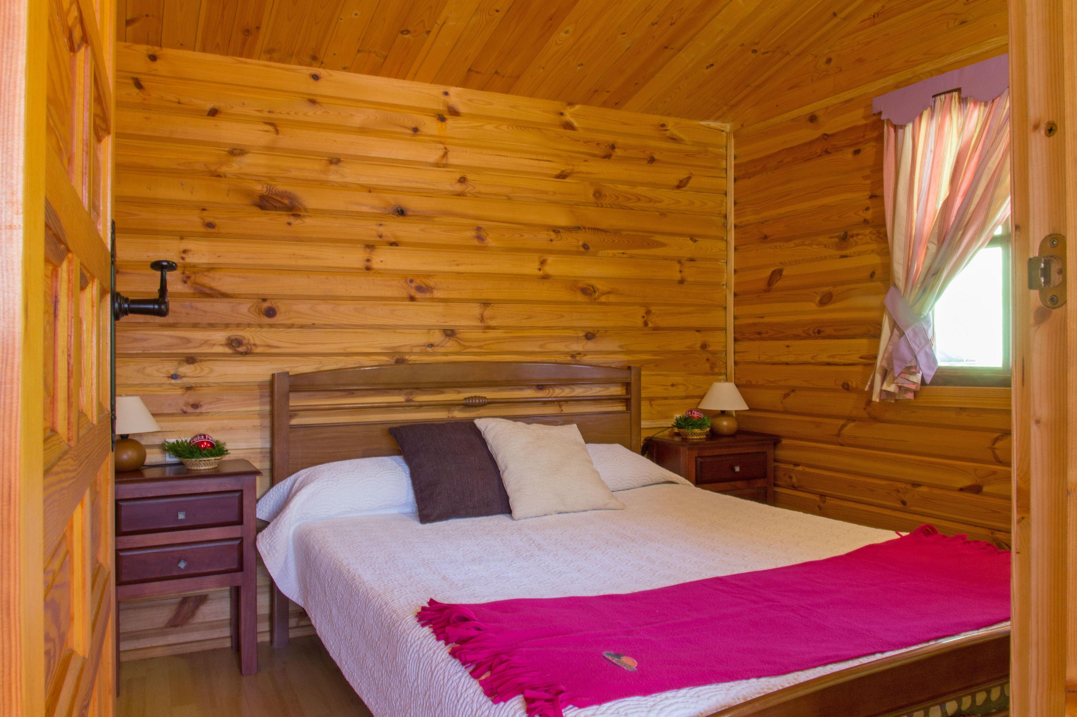 Habitación de las cabañas del camping Los Carasoles en Navalón, Enguera, Valencia
