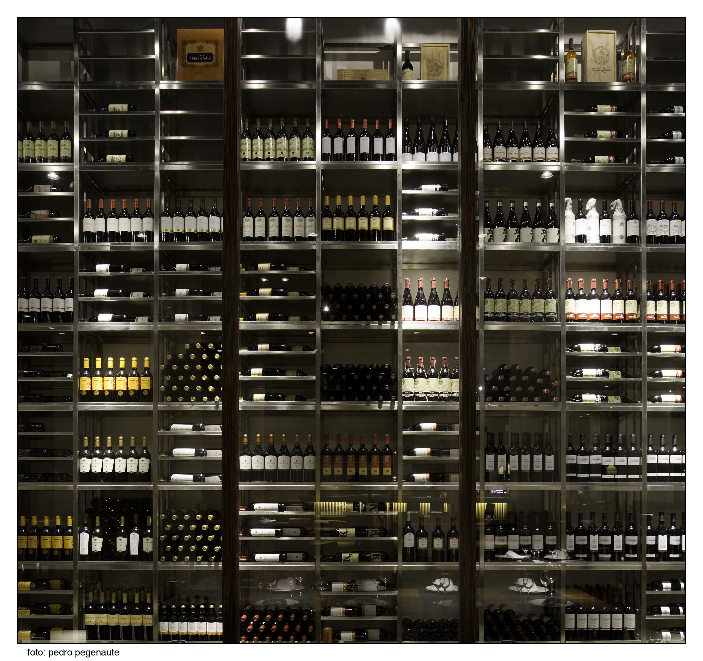 Restaurante con una gran bodega de vinos en Haro
