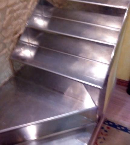Instalación de escaleras de acero inoxidable
