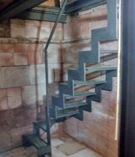 Escalera compensada con escalón abatible y peldaños vidrio