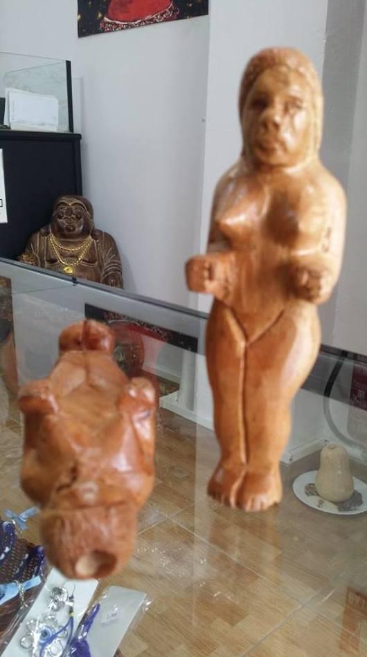 Mujer tallada de madera