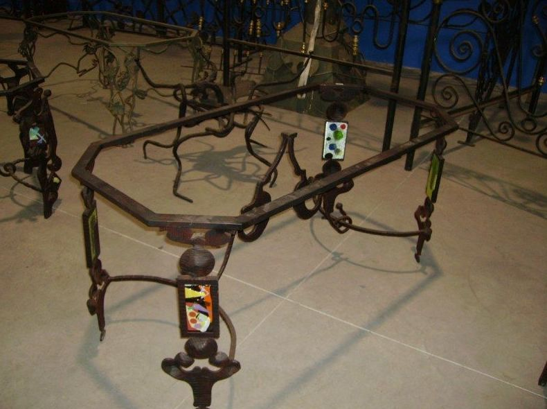 Mesa con vidrios incrustados hecha a forja
