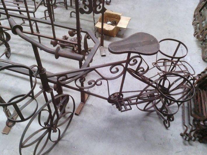 Un macetero con forma de bici. Se puede realizar en distintos tamaños y diseño. Forja artesanal Madrid.