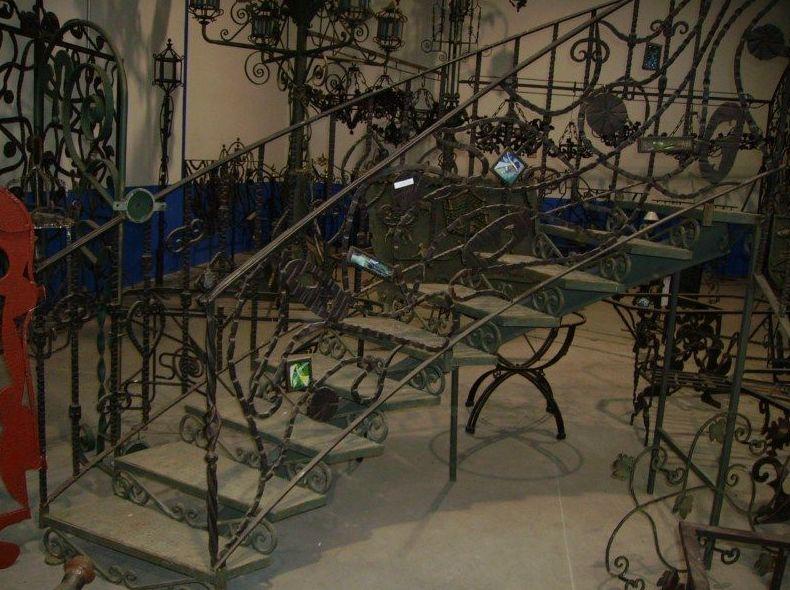 Barandilla de escalera con vidrios incrustados hecha a fragua y a mano