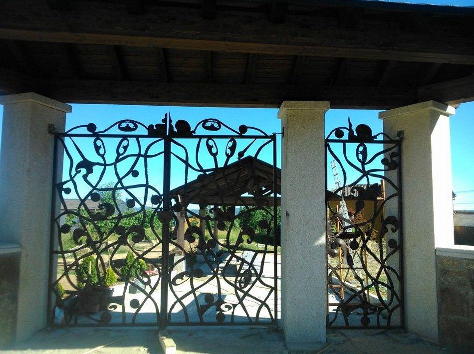 Balcones de forja artesanal en Lagarejos De La Carballeda, Castilla y León, Spain.