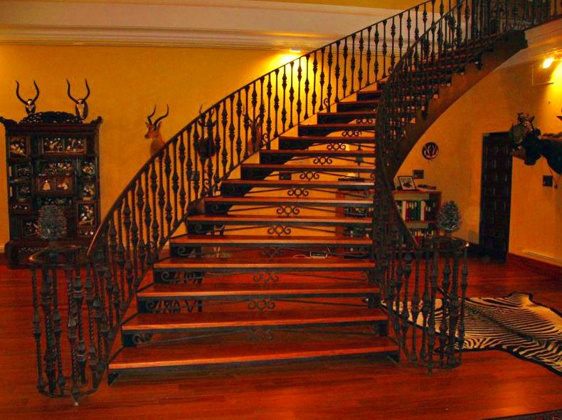 Barandilla de balcón y escalera de interior forjada a mano