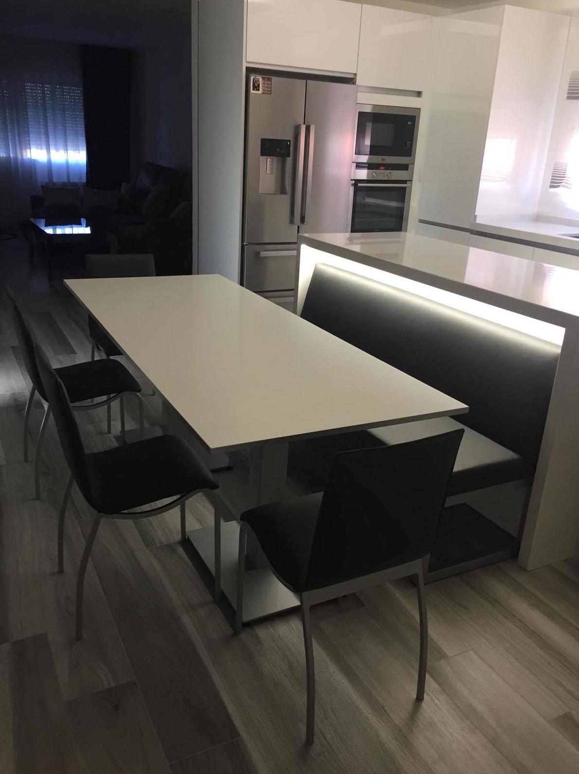 Instalación para cocina con Mesa ,sillas y banco: Productos ...