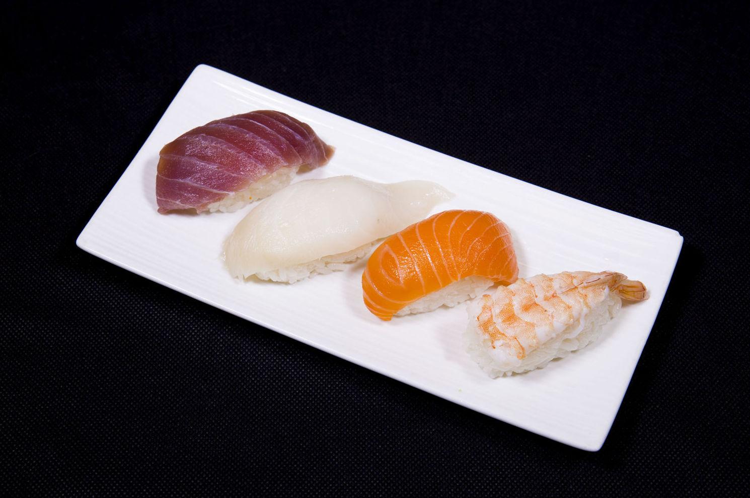 Niguiri de atún, salmón, gamba y pez mantequilla
