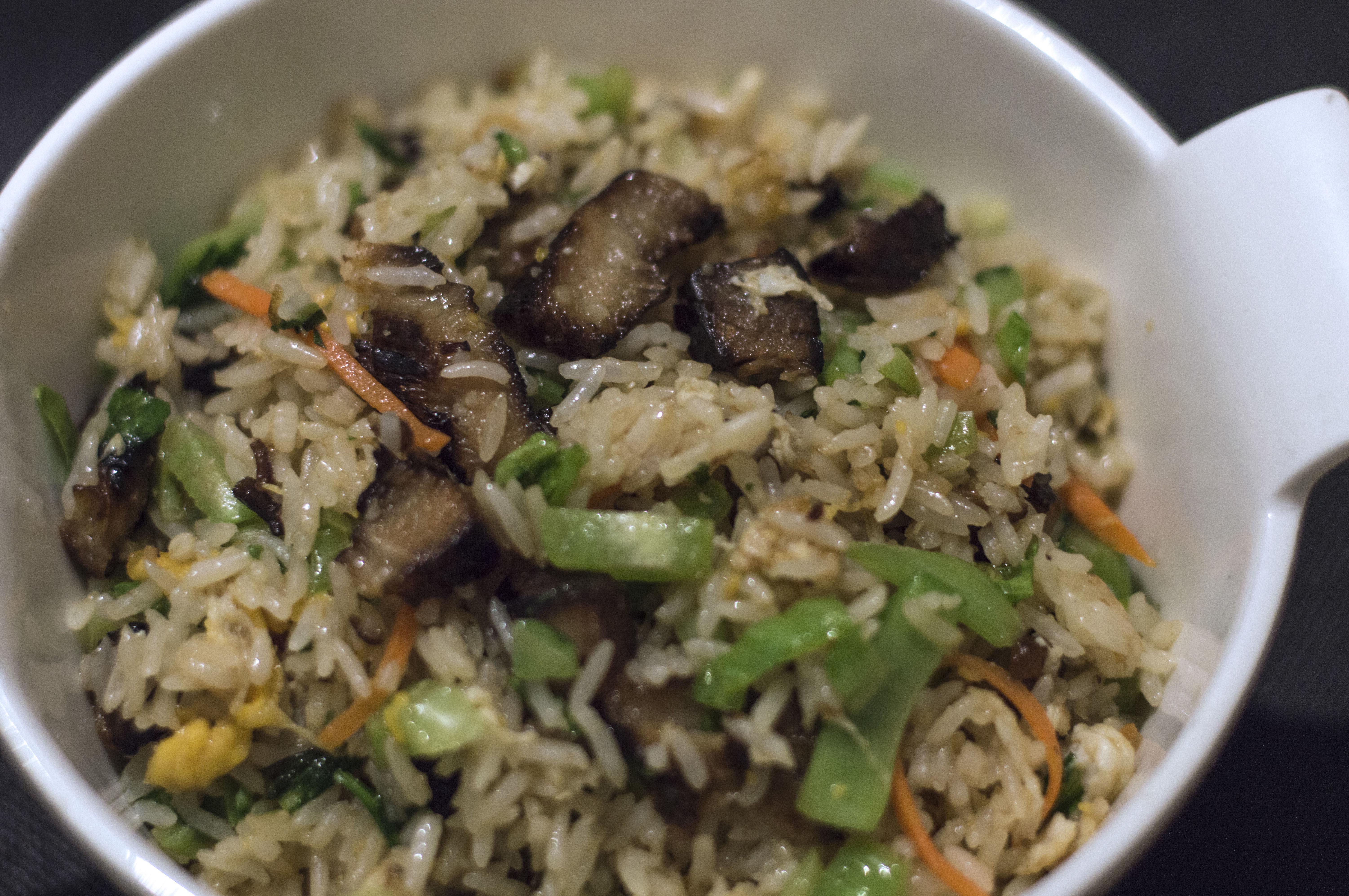 Plato basado en arroz y veduras