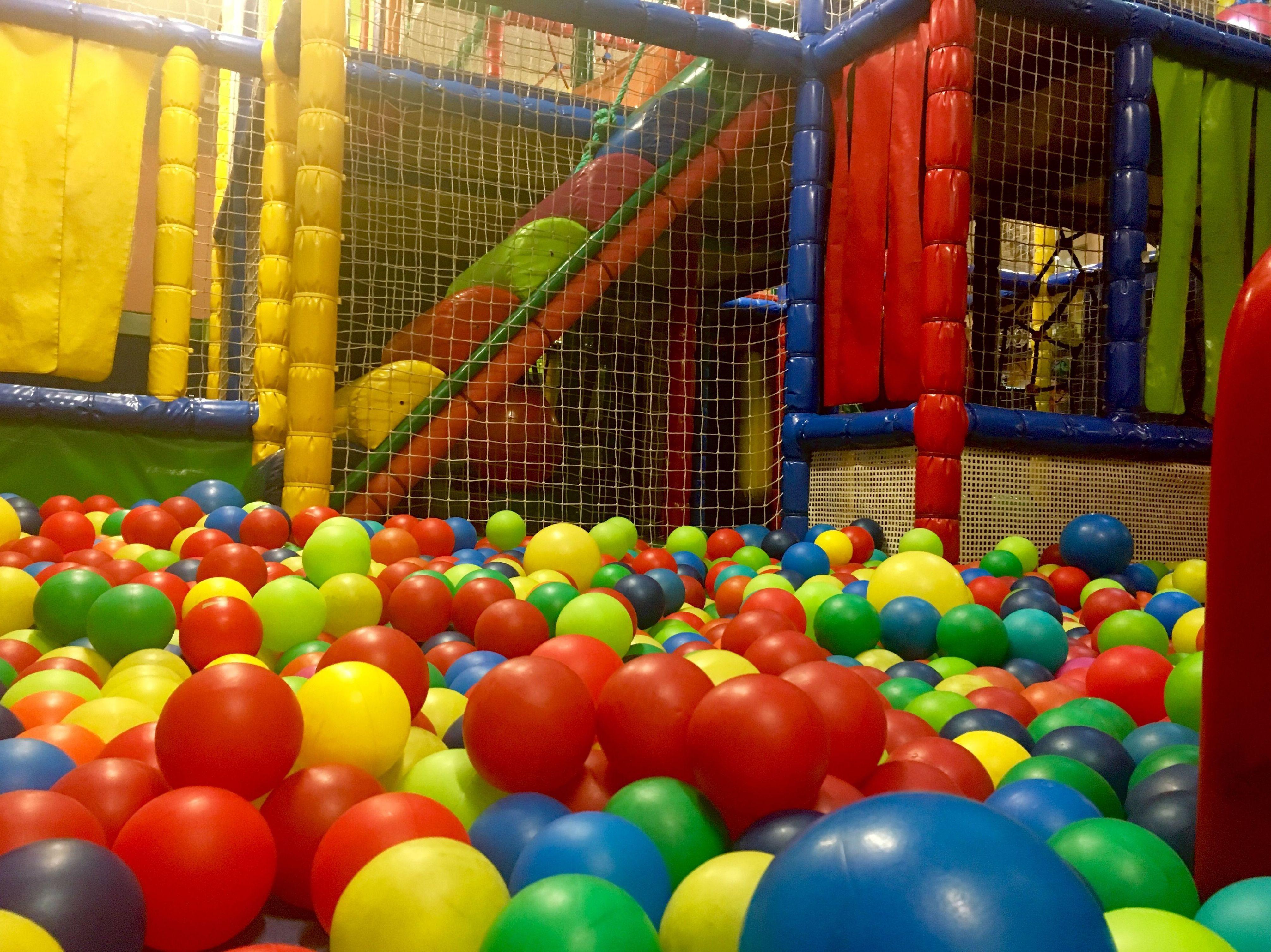 Parques de bolas en madrid centro al trote parque infantil for Bolas piscinas infantiles