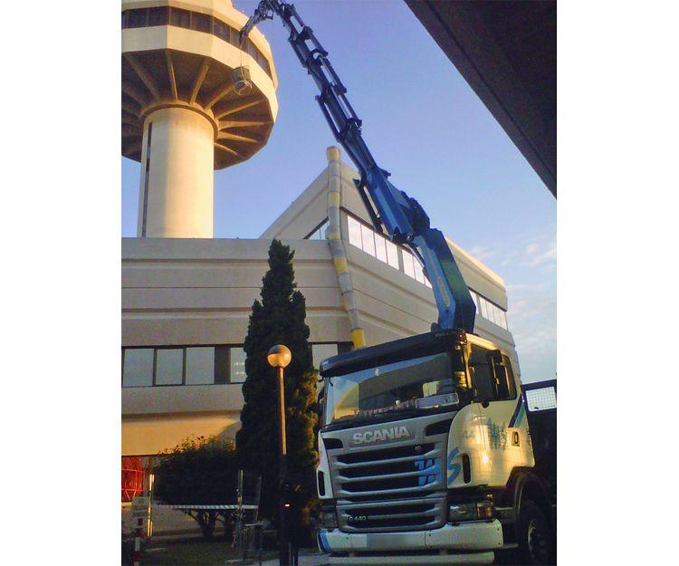 Camión con grúa para diversos trabajos
