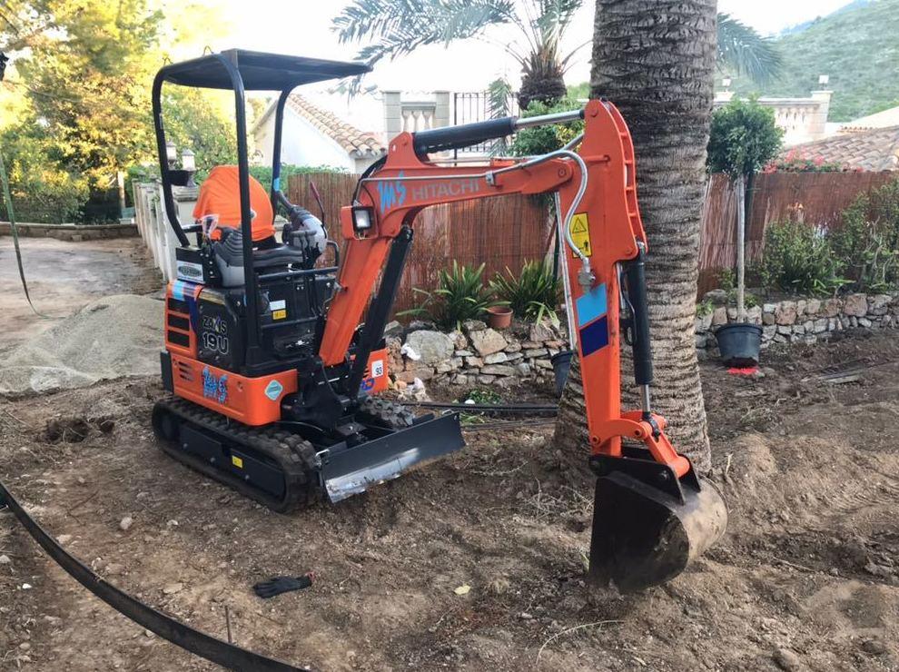 Mini retro excavadora giratoria de cadenas 2tn: Servicios de Transportes Miguel Socias e Hijos
