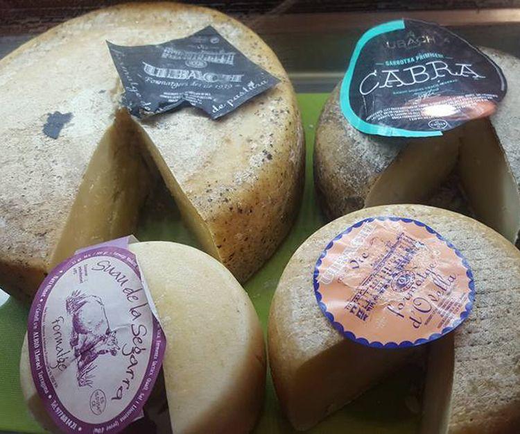 Tablas de quesos catalanes en Poble Sec, Barcelona