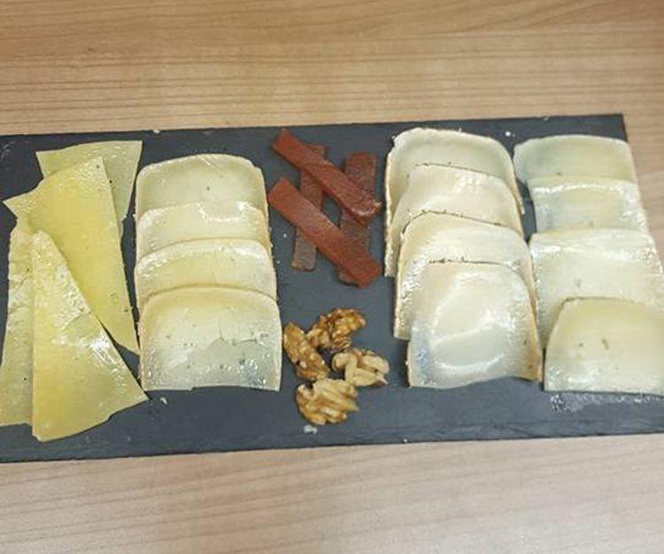 Taps de quesos variados en Barcelona