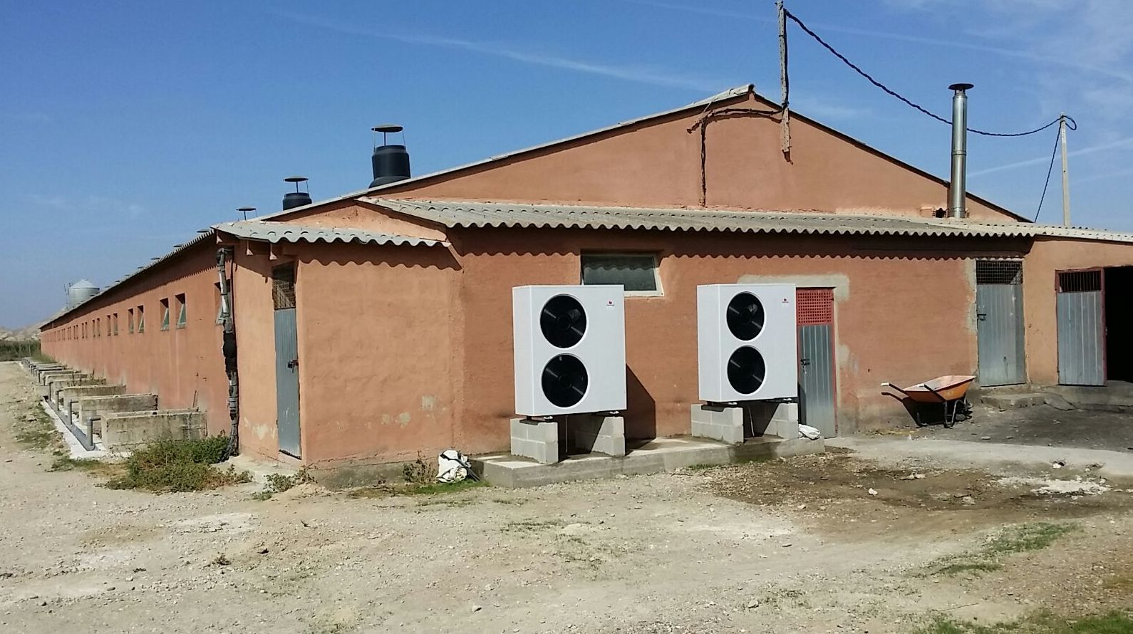 Energía renovable, sistema de aerotermia para producir agua caliente, calefacción y climatización en Granja Rada Zaragoza