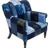 Sillón con tonos azules y su textura aterciopelada.