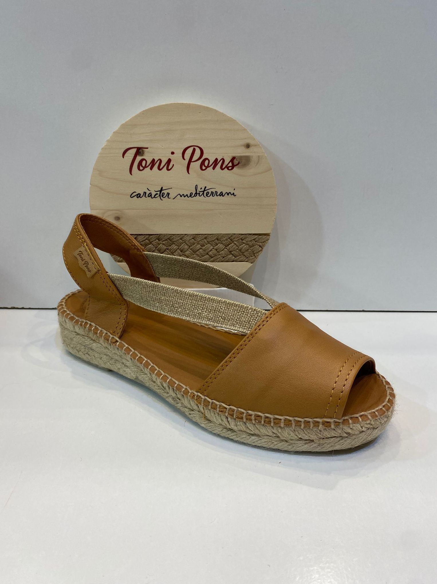 Espardenya d'espart, de la marca Toni Pons, de pell, plantilla encoixinada, sola amb 4 cm de cunya 59.95€