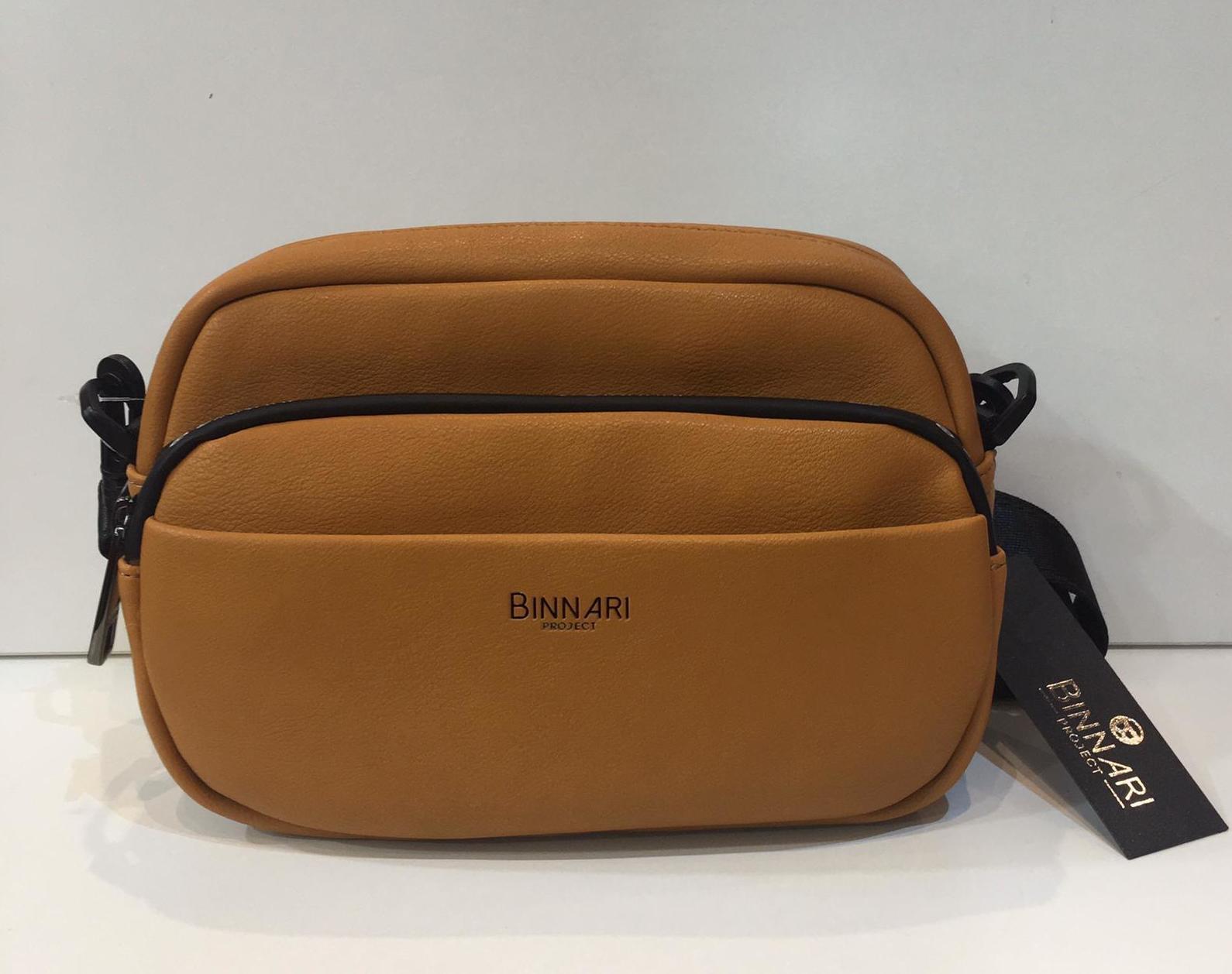 Bossa de la marca Binnari, de mida petita, amb butxaques per a una excel·lent organització, molt suau al tacte, tira llarga regulable a totes les mides 36.50€