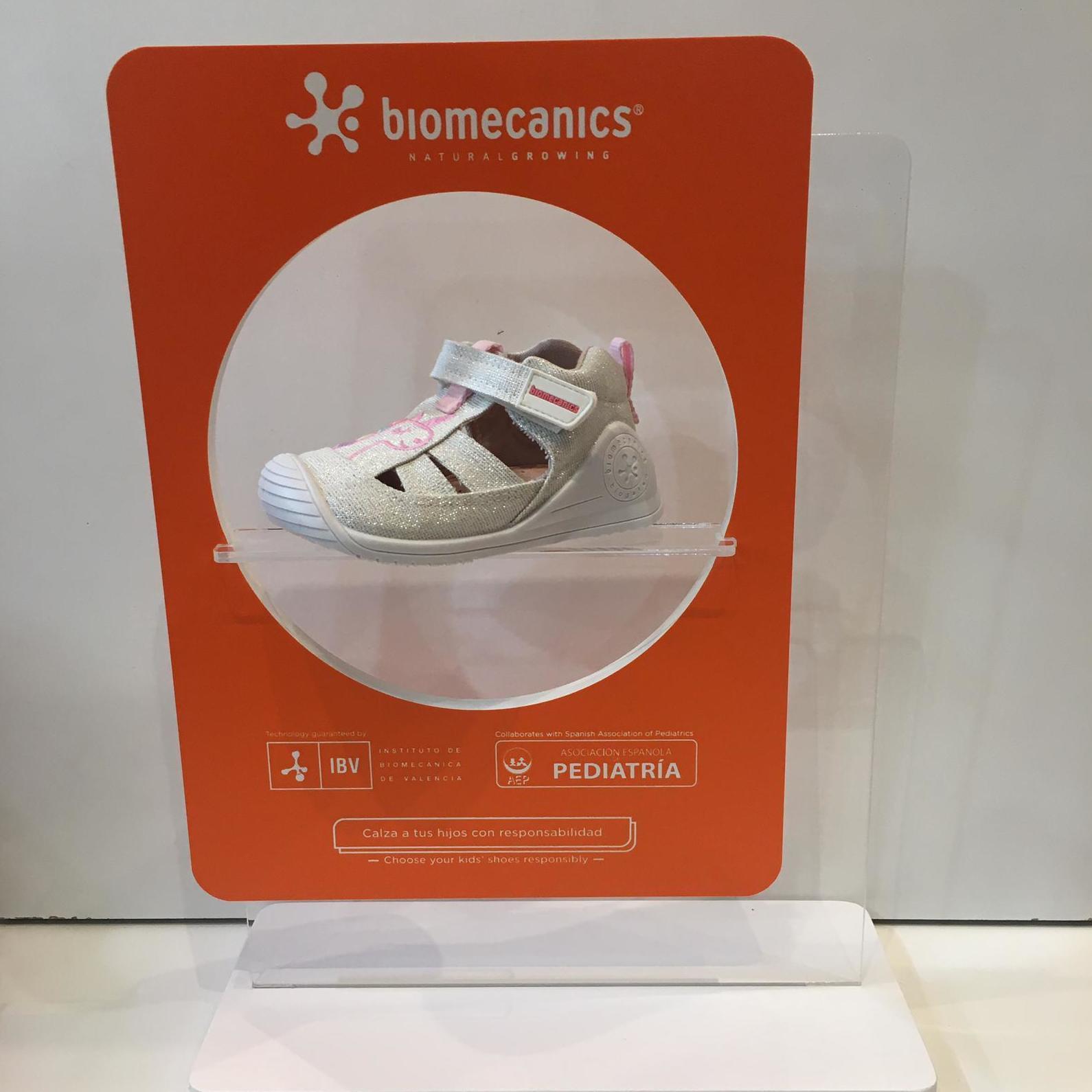Sandàlia de mainada de la marca Biomecanics, gamma biogateo, de roba, contrafort ideal per a no regirar-se els turmells, sola ideal per a caminar i gatejar 35.90€