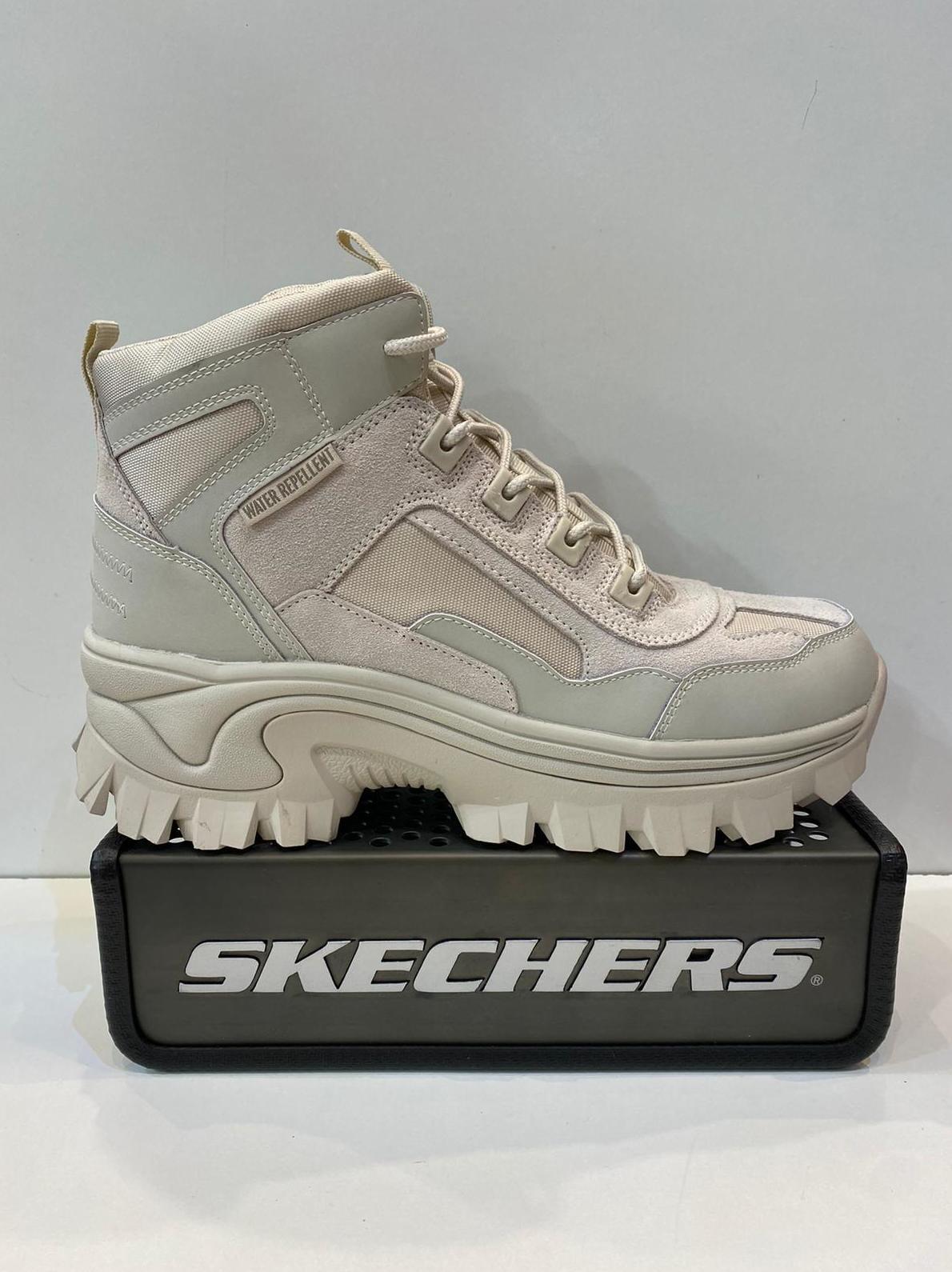 Botí esportiu de dona, de la marca Skechers, ample especial, water repellent, plantilla memory foam, adaptable a plantilles ortopèdiques, sola amb doble densitat de resalite acabat amb goma 89.95€