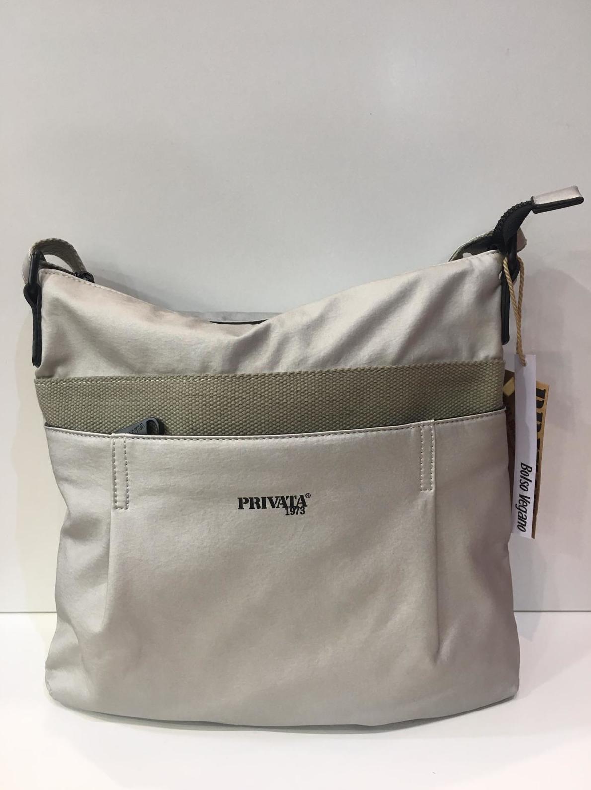Bossa de la marca Privata, de mida mitjana, bossa vegana, amb tira llarga per creuar regulable a totes les llargades 54€