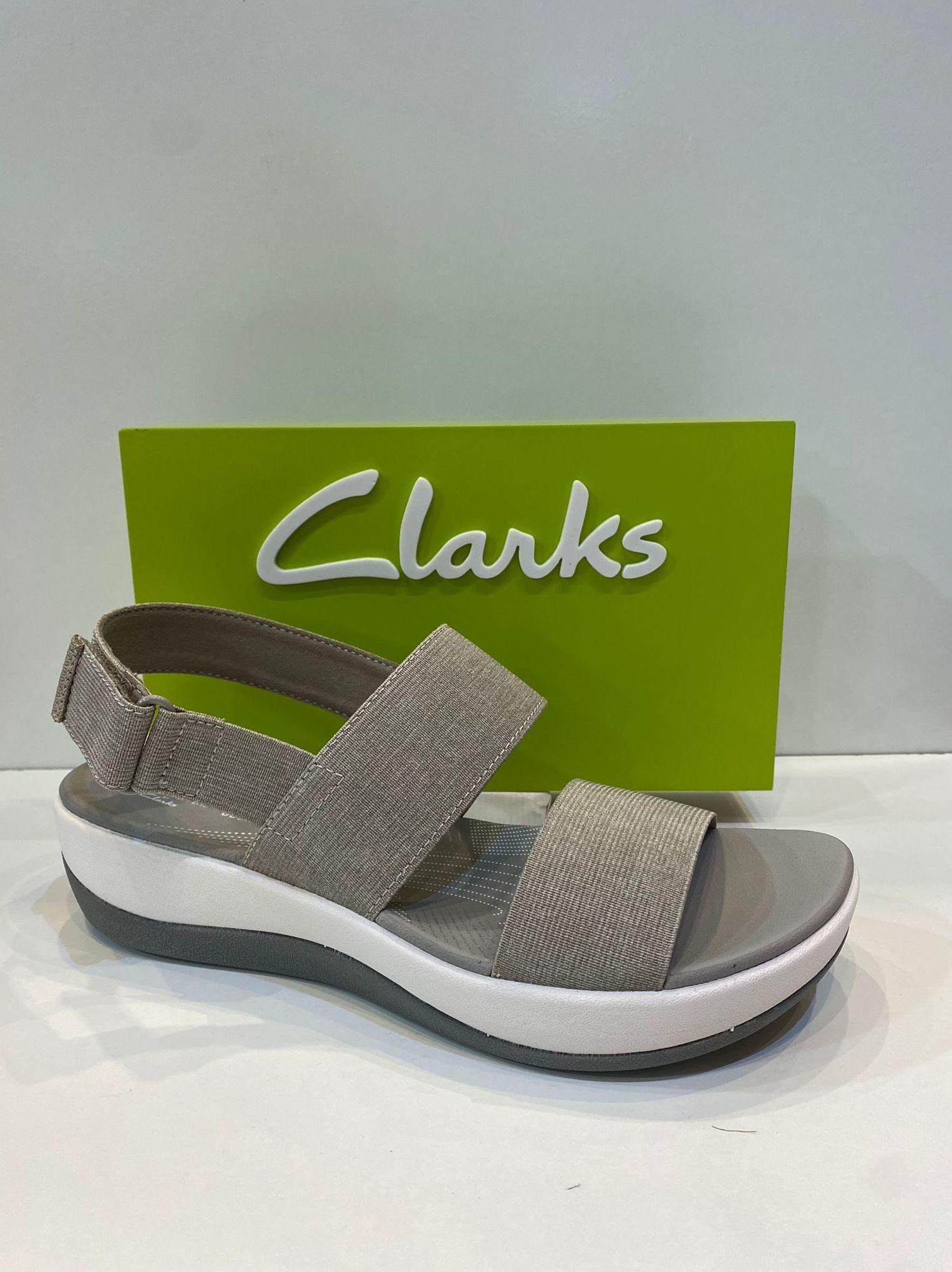 Sandàlia de dona, de la marca Clarks, ample especial, tira de sobre els dits elàstica que dòna una gran comoditat, plantilla de viscoelàstica, sola de politilè aillant, aptes per a caminar i mullar 54.95€