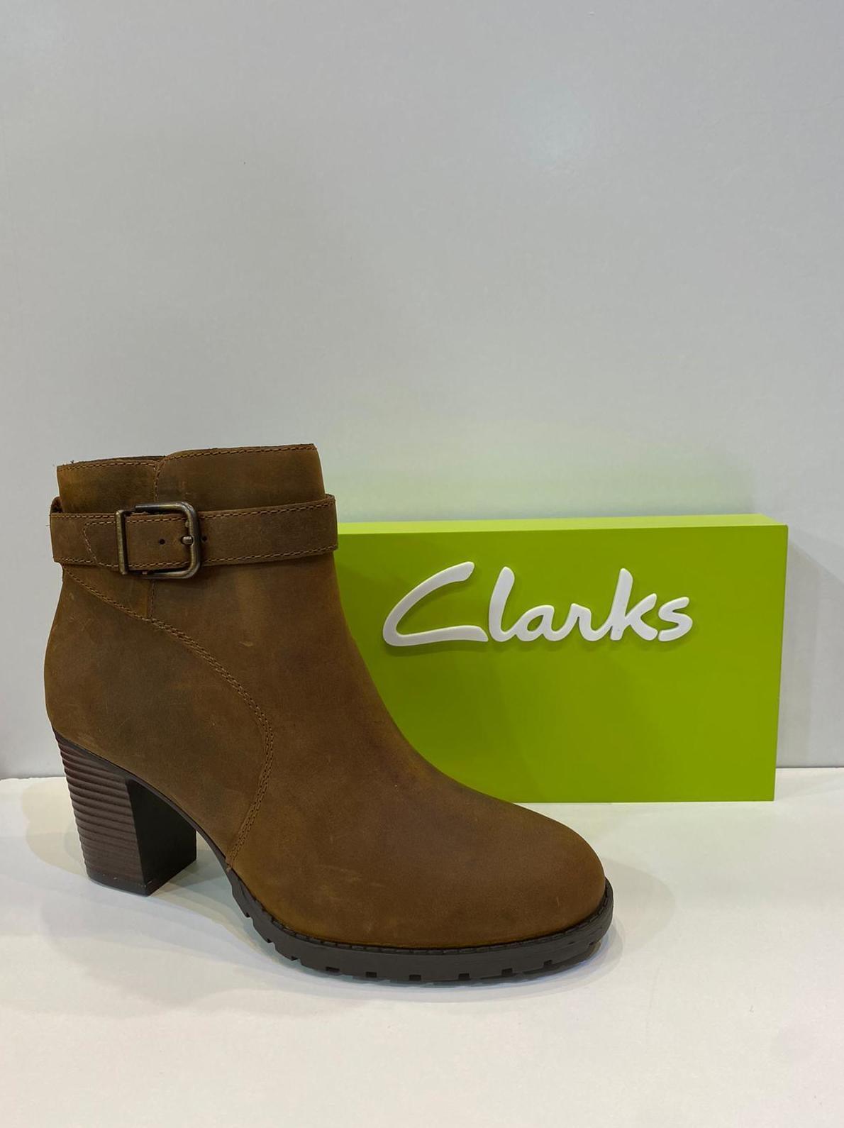 Botí de dona, de la marca Clarks, de nobuck hidrofugat, plantilla de làtex 99.95€
