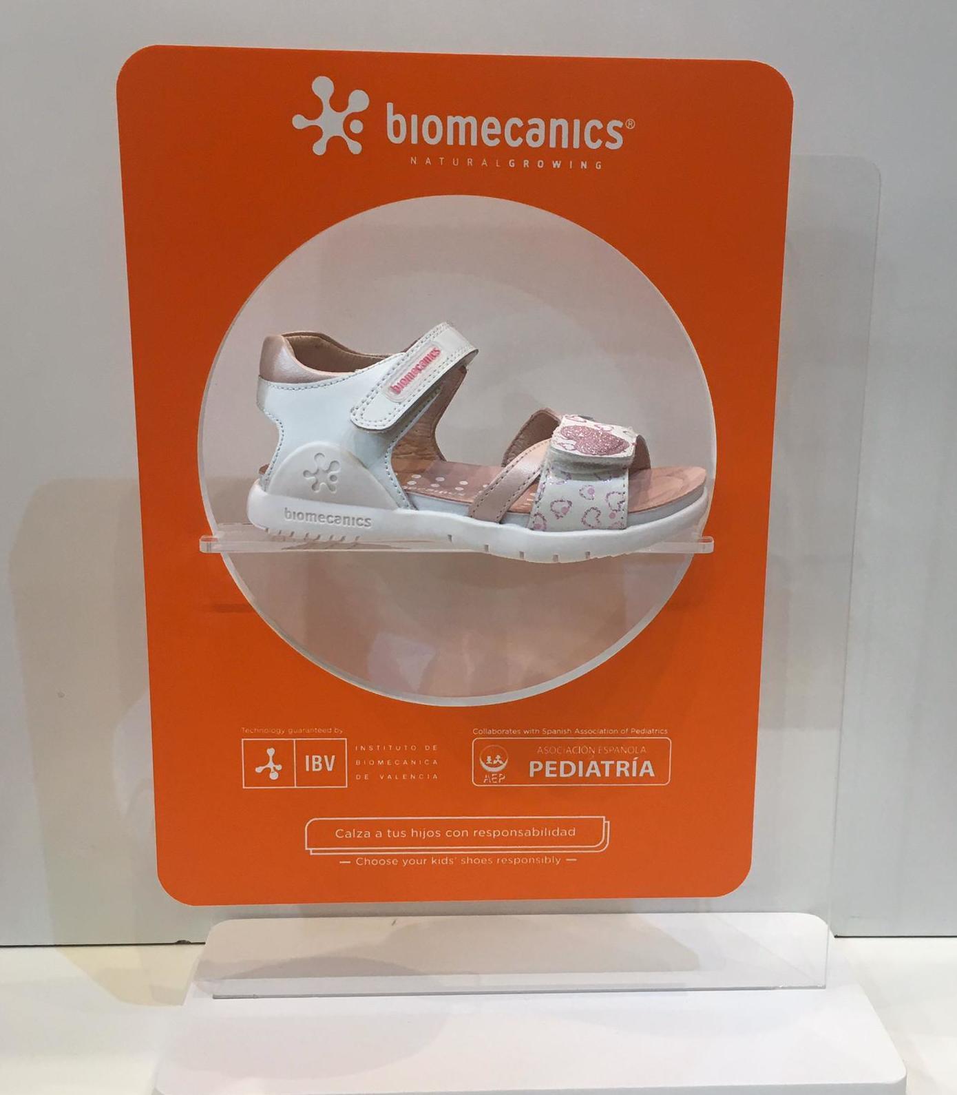 Sandàlia de nena de la marca Biomecanics, amb contrafort que impedeix que es regirin els turmells, adaptable a totes les amplades 48.90€
