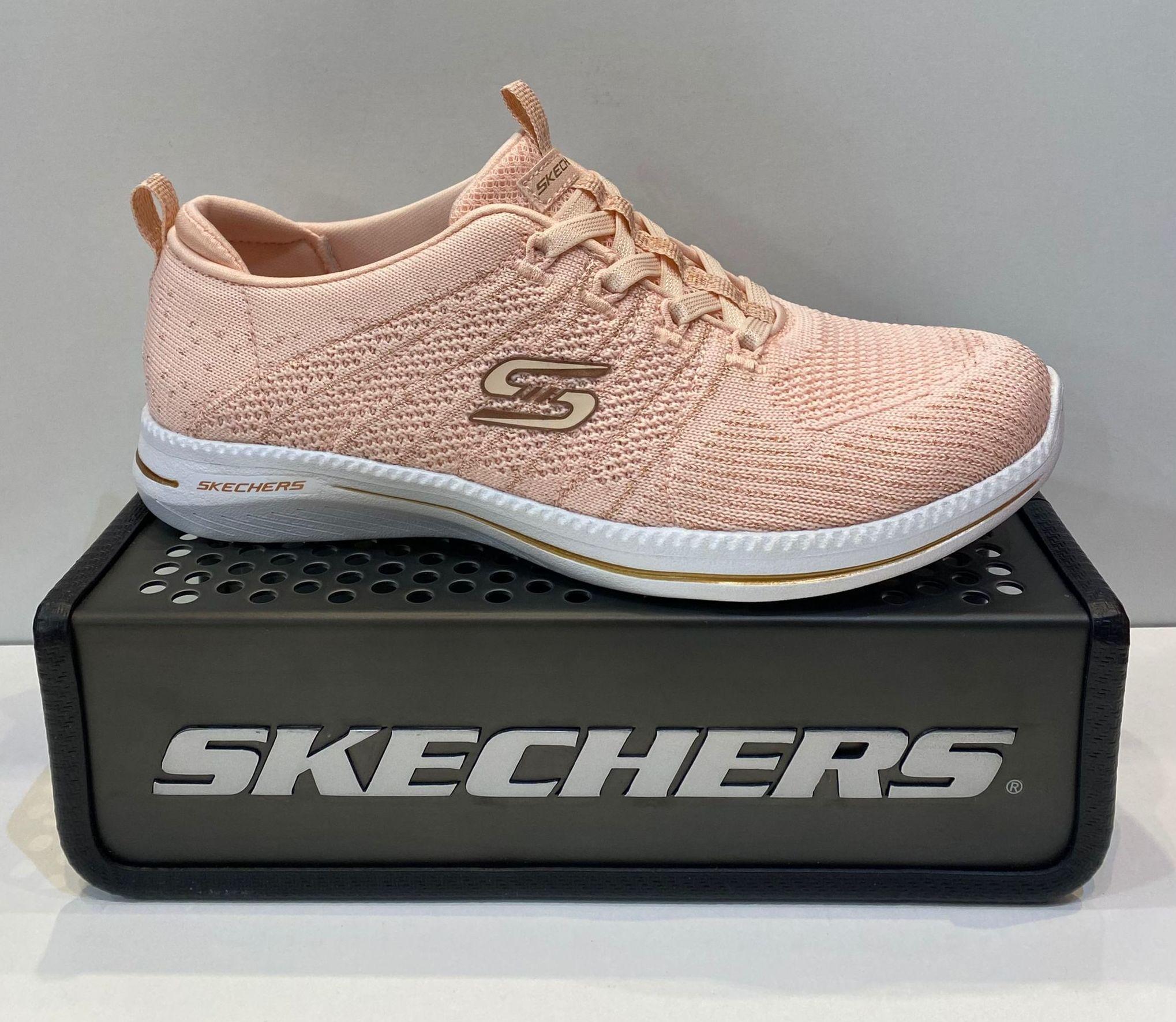 Sabata esportiva de dona, de la marca Skechers, amb cordons elàstics, plantilla Air-Cooled Memory Foam, adaptable a plantilles ortopèdiques, amb sola de resalite 74€