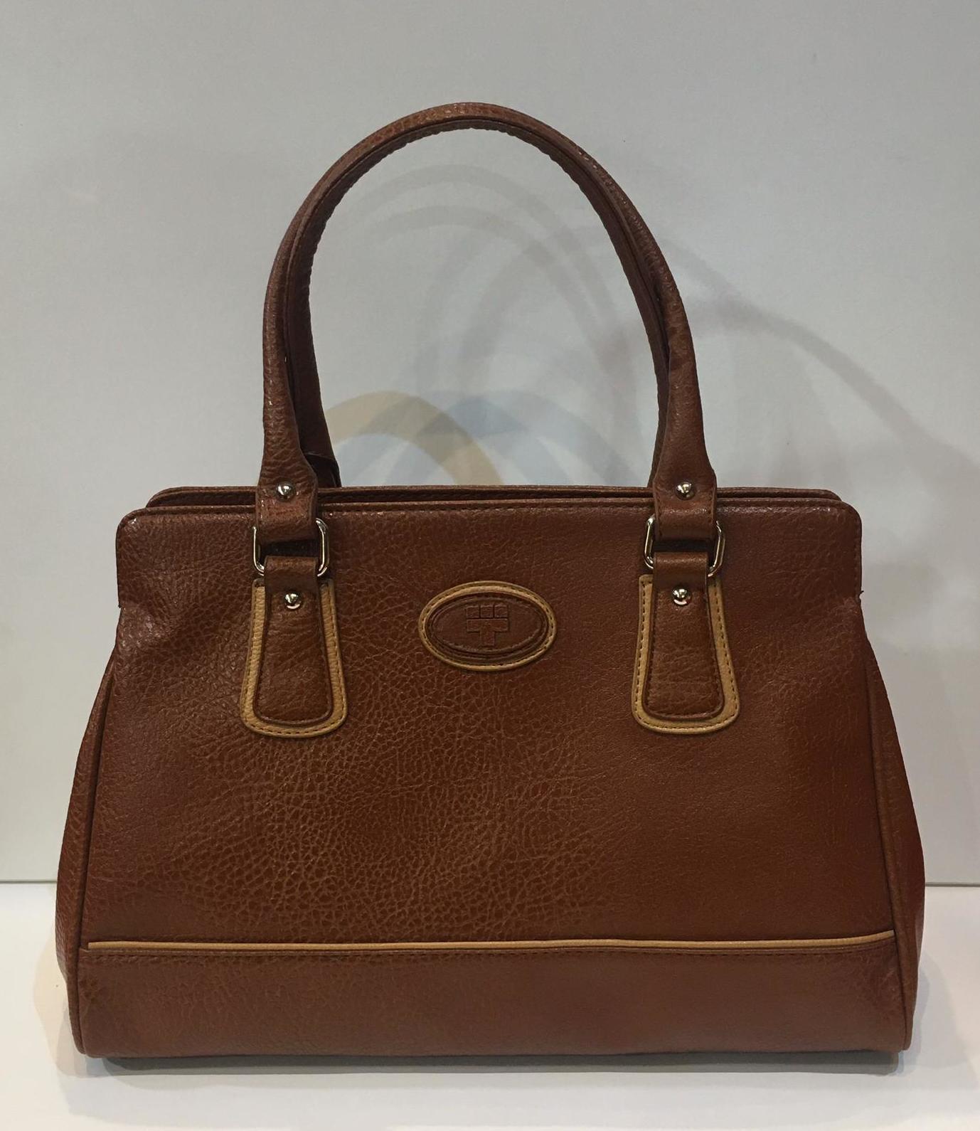 Bossa de la marca Torrens, amb triple compartiment interior, doble nansa de mà i tira llarga per creuar adaptable a totes les mides 47.50€