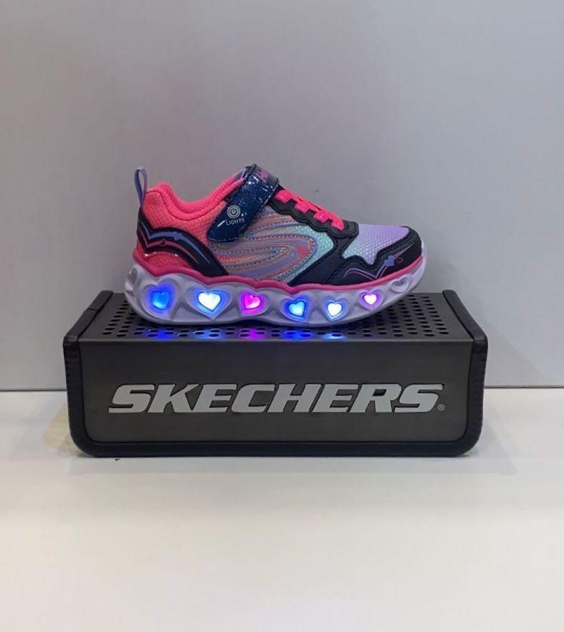 Sabata esportiva de nena, de la marca Skechers, amb llums que es poden apagar i engegar, amb sola de resalite i puntera reforçada 54.95€