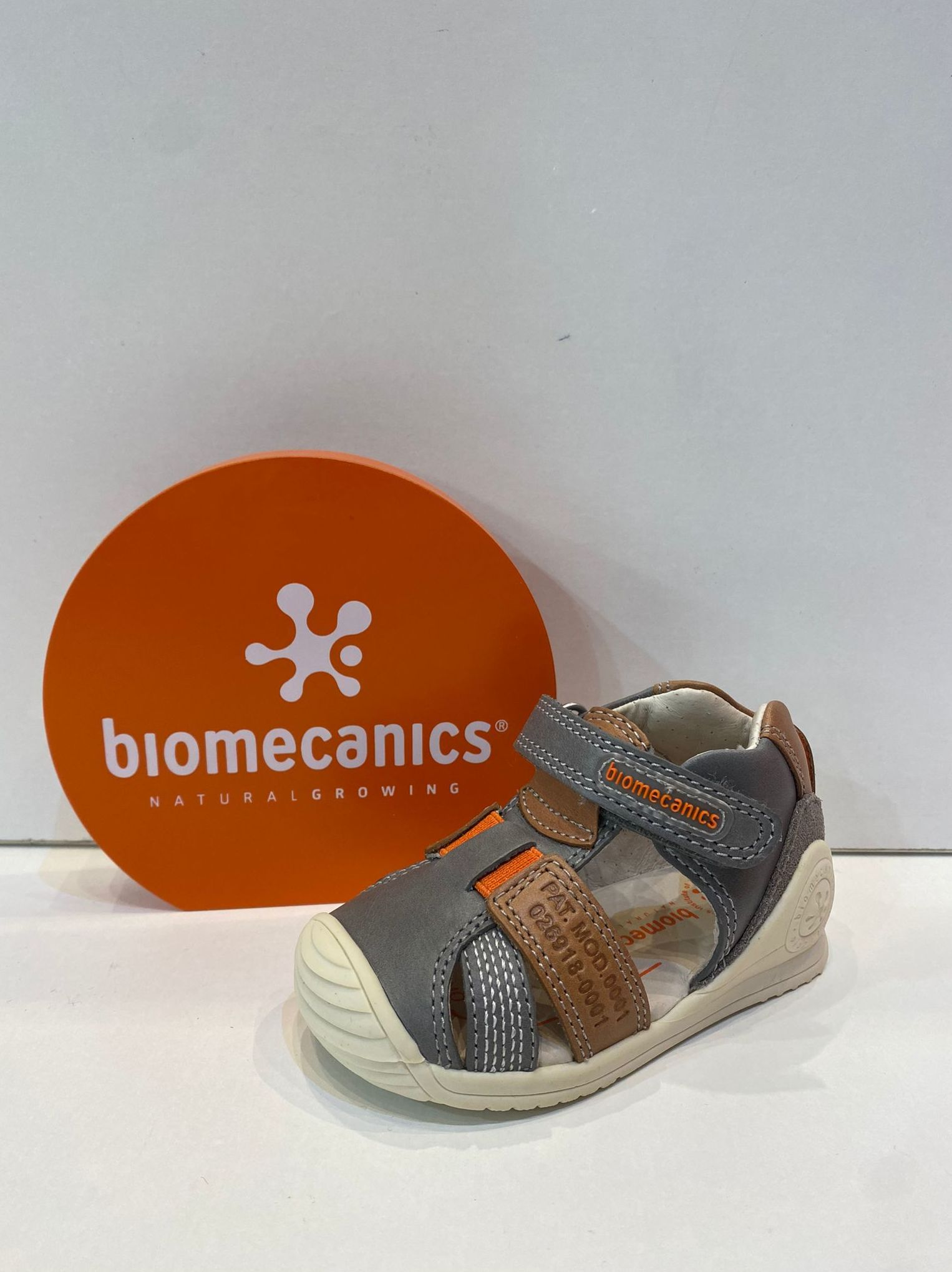 Sandàlia de nen, de la marca Biomecanics, de pell, sola especial per a gatejar i caminar, amb estabilitzador per a màxima seguretat 47.90€