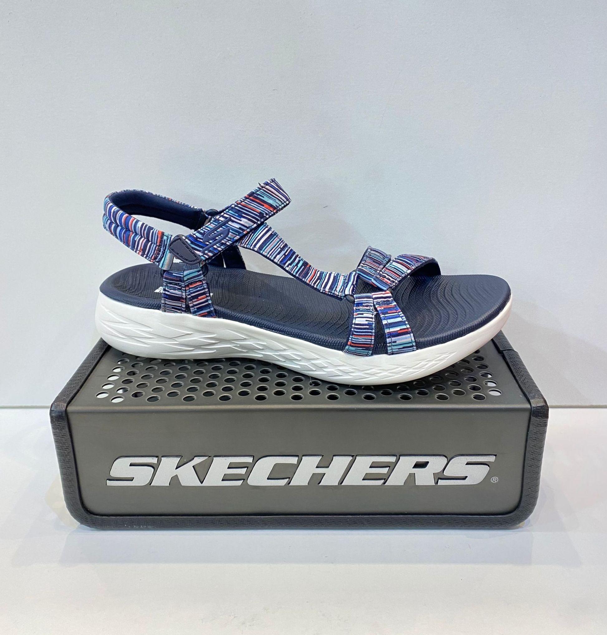 Sandàlia de dona, de la marca Skechers, ample especial, plantilla Goga Mat, sola de resalite 5 Gen 54.95€ www.calzadosllinas.es