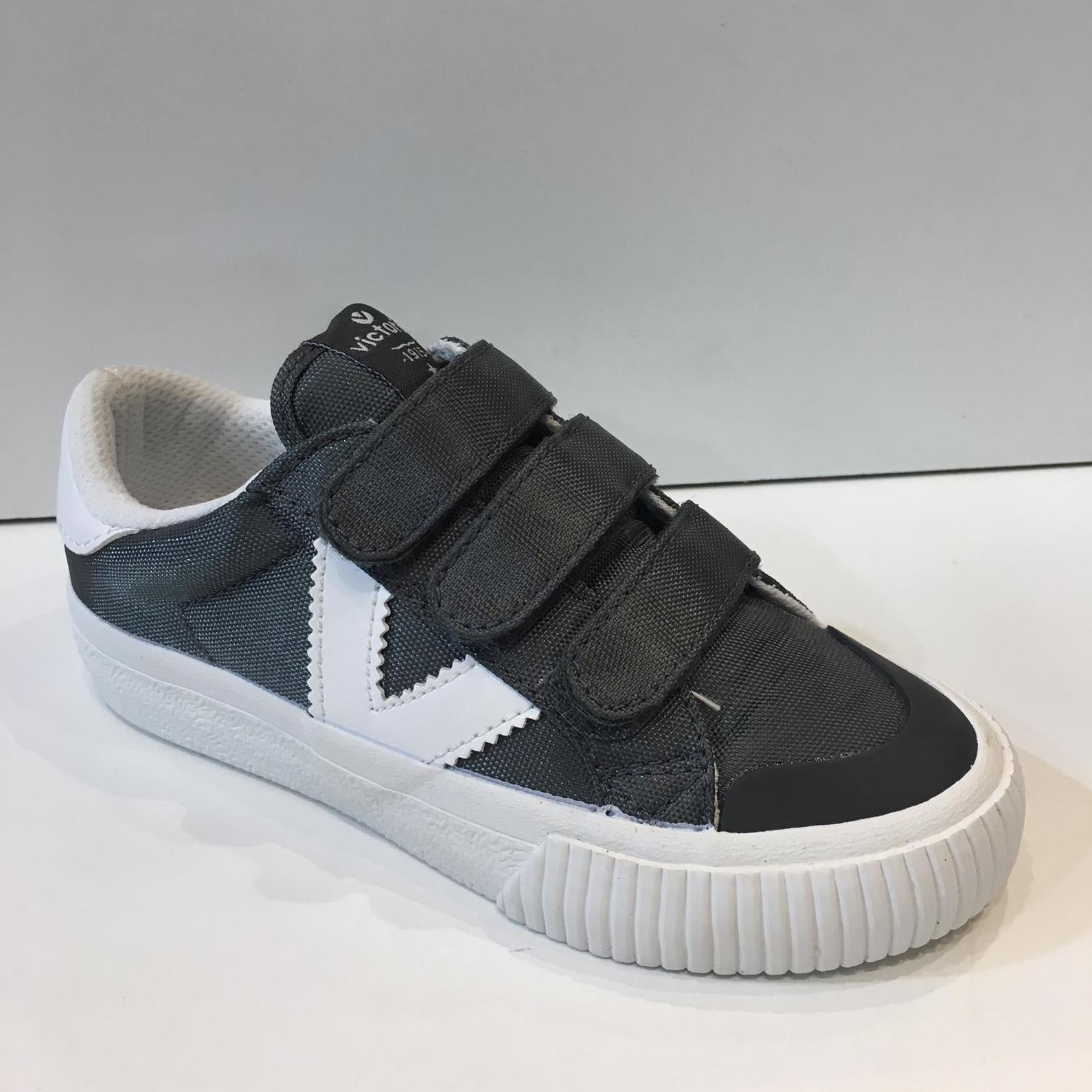 sabata esportiva de nen, de la marca Victoria, amb tres velcros i 2,5 centímetres de sola 29.90€
