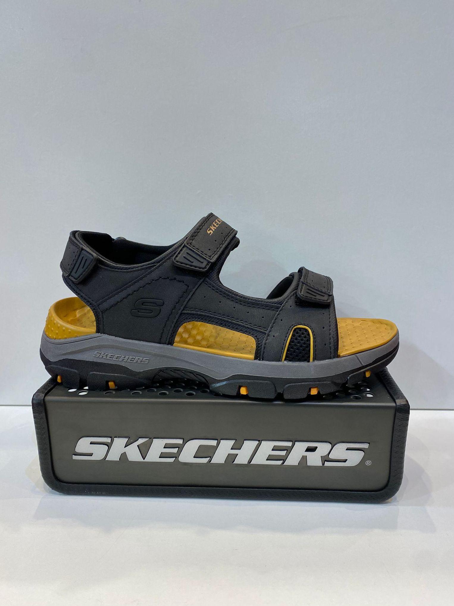 Sandàlia d'home, de la marca Skechers, adaptable a totes les amplades, plantilla Yoga Foam, sola de resalite i goma 54.95€ www.calzadosllinas.es