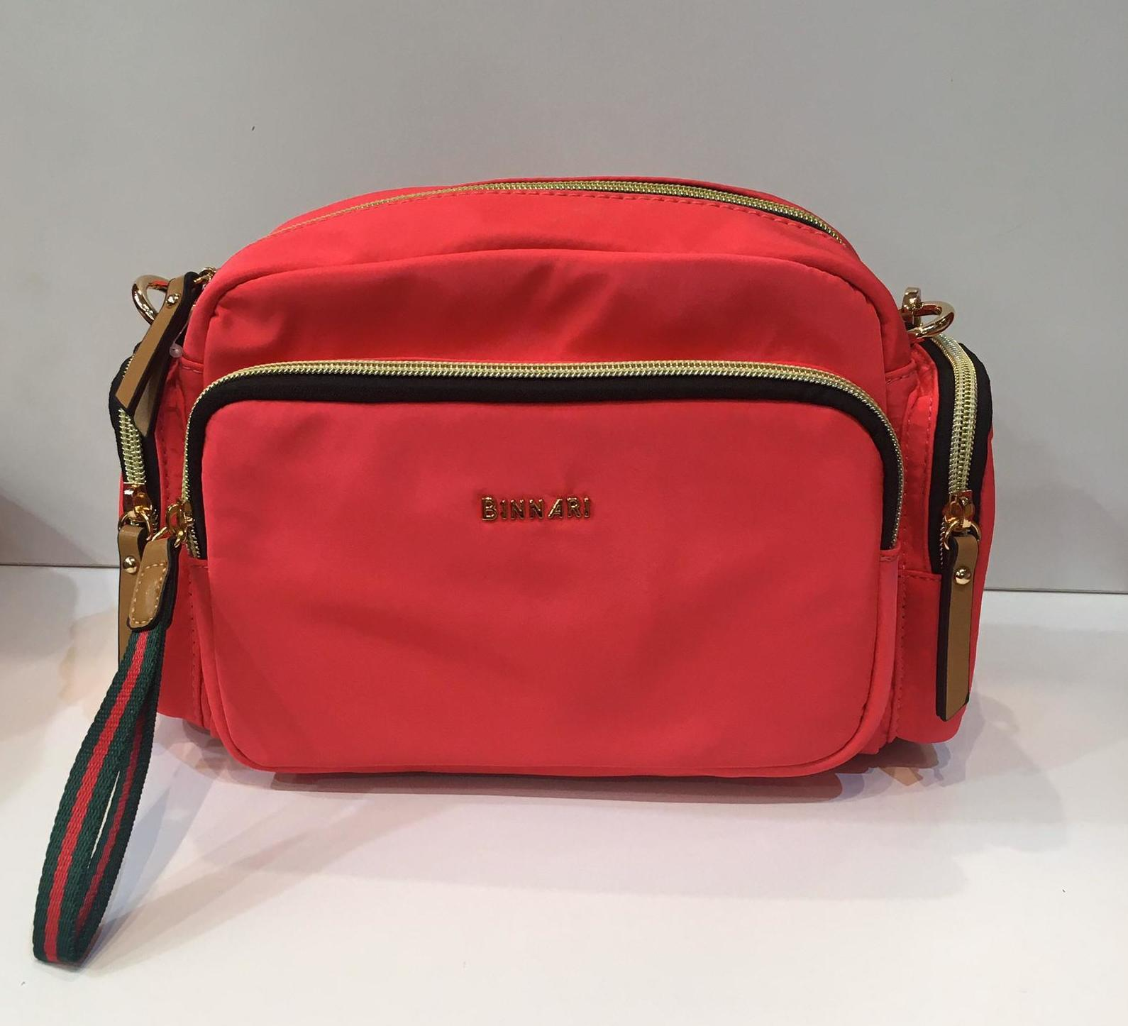 Bossa de la marca Binnari, de color fuxia àcid,amb molts compartiments exteriors per a una excel·lent distribució, amb tira llarga regulable a totes les mides 36.50€