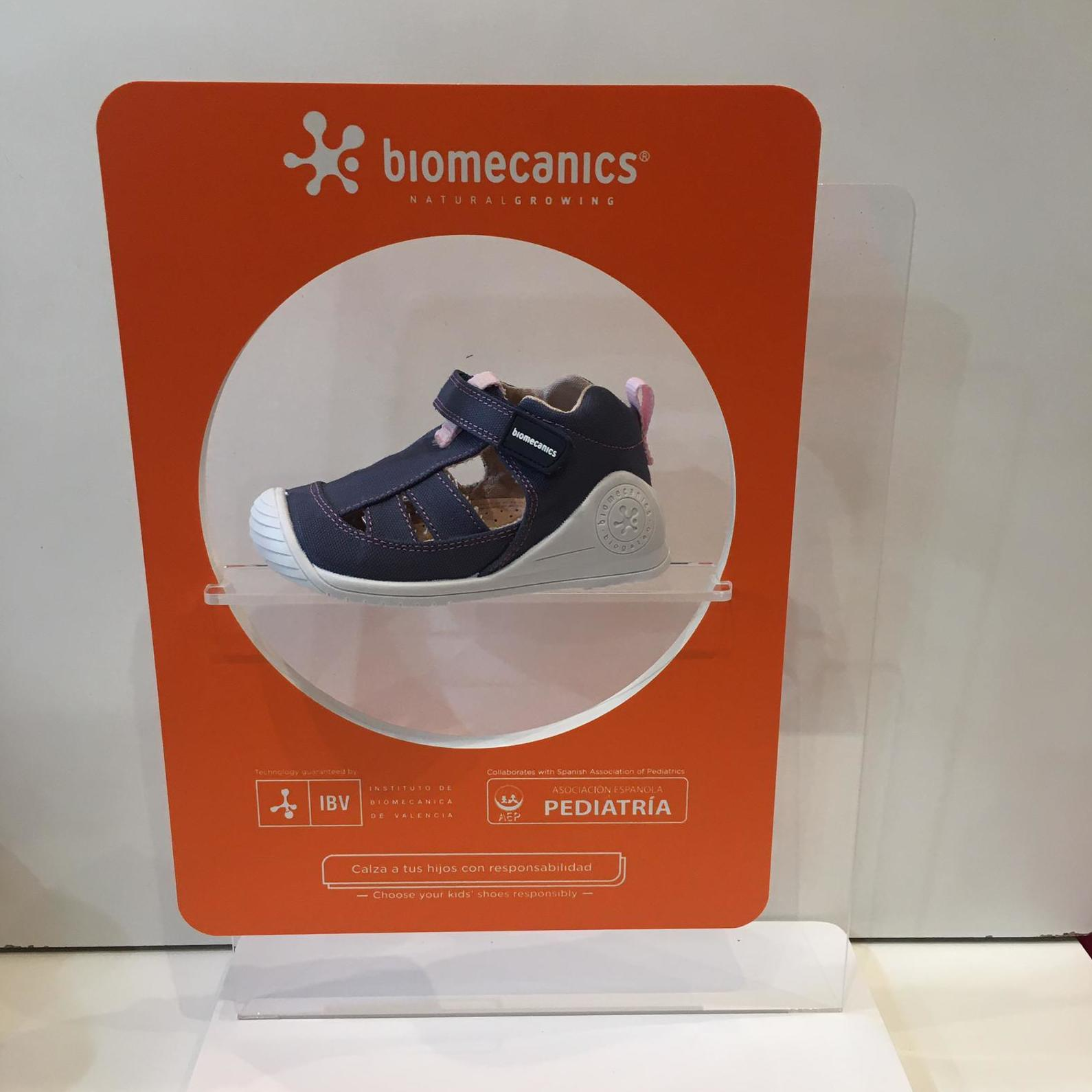 Sandàlia de mainada de la marca Biomecanics, gamma biogateo, de roba, contrafort ideal per a no regirar-se els turmells, sola ideal per a caminar i gatejar 34.90€